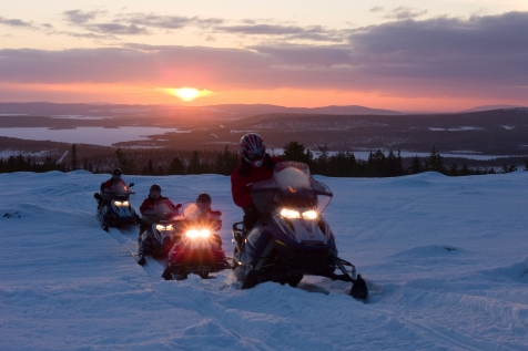 Snowmobiling in Harriniva